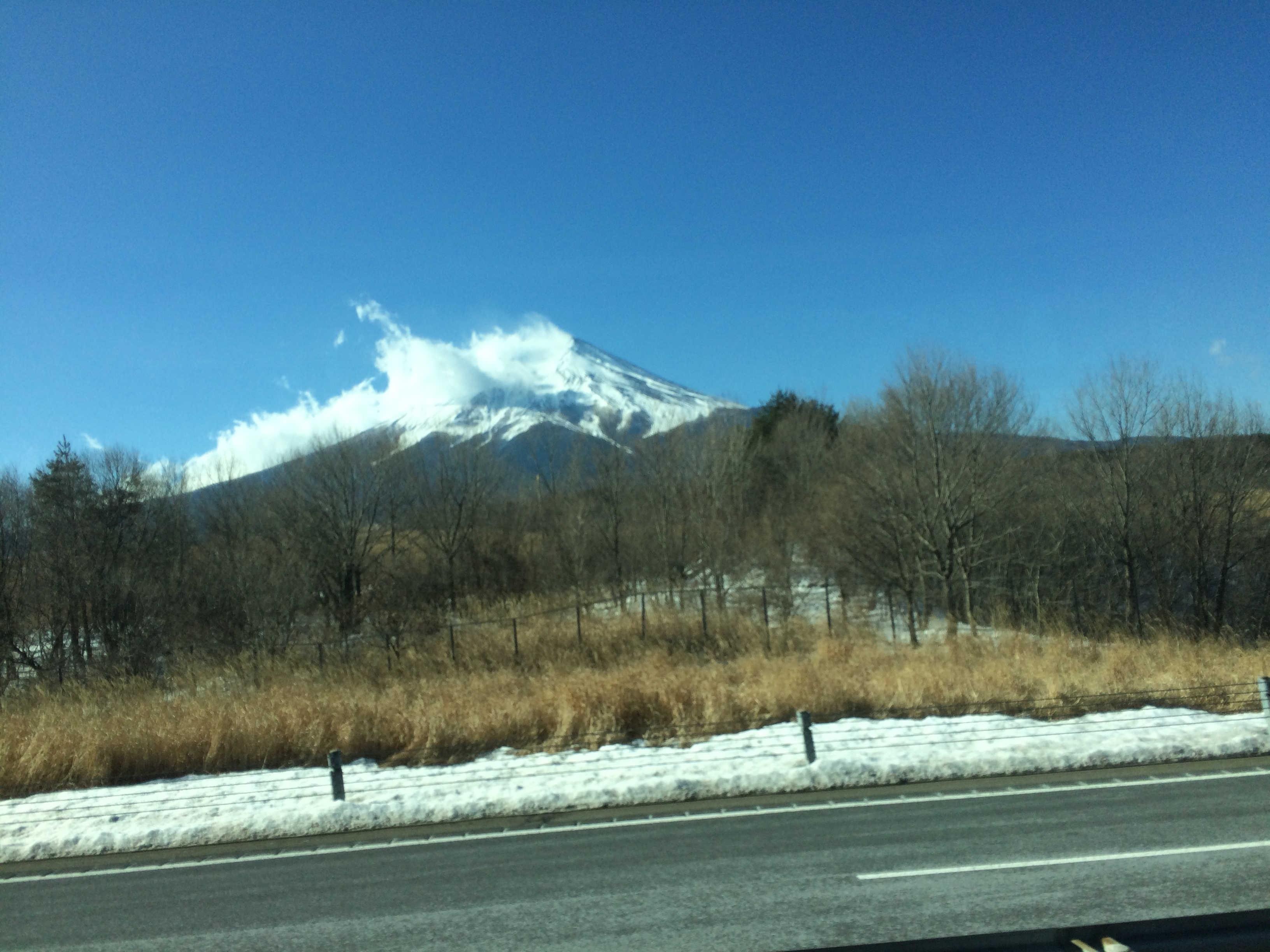 移動中車内(バス)から富士山を望む
