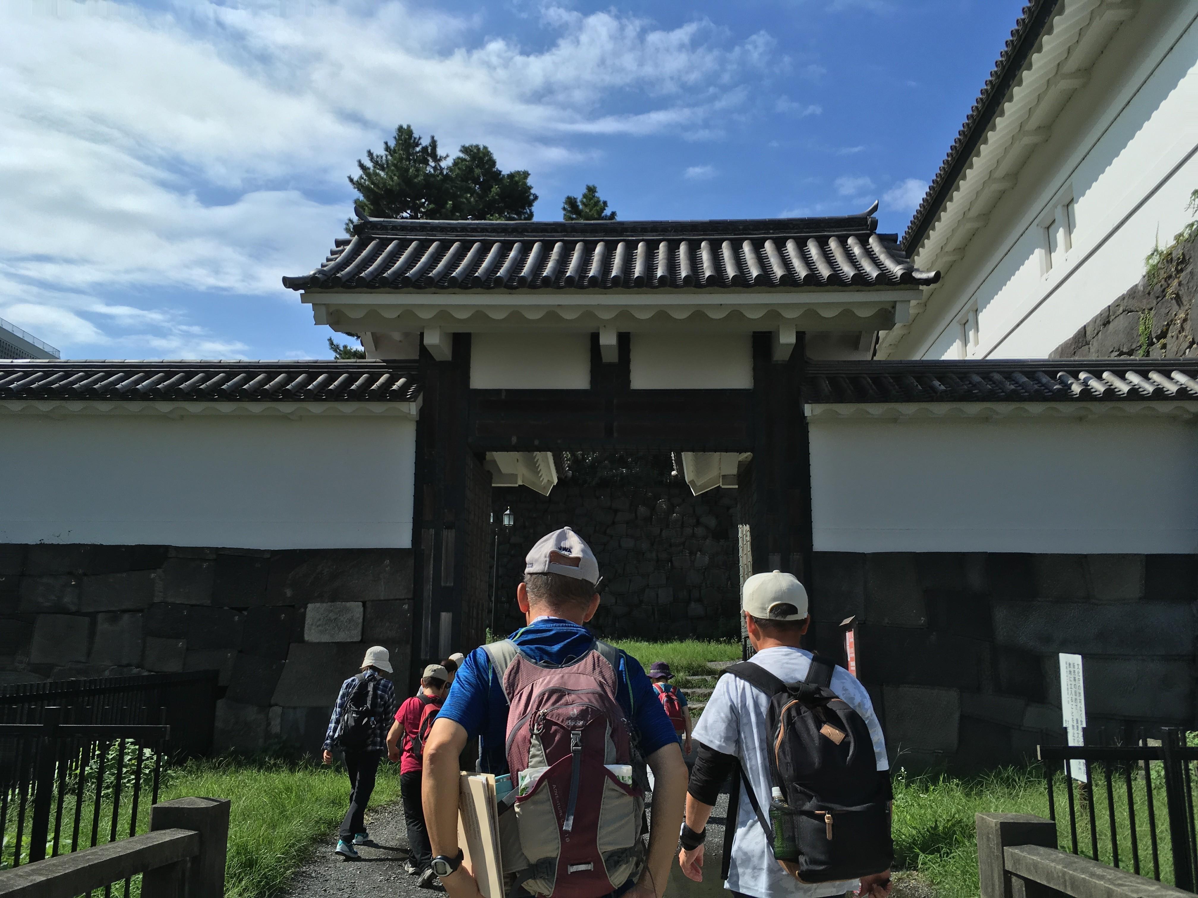 清水門向かう歩道