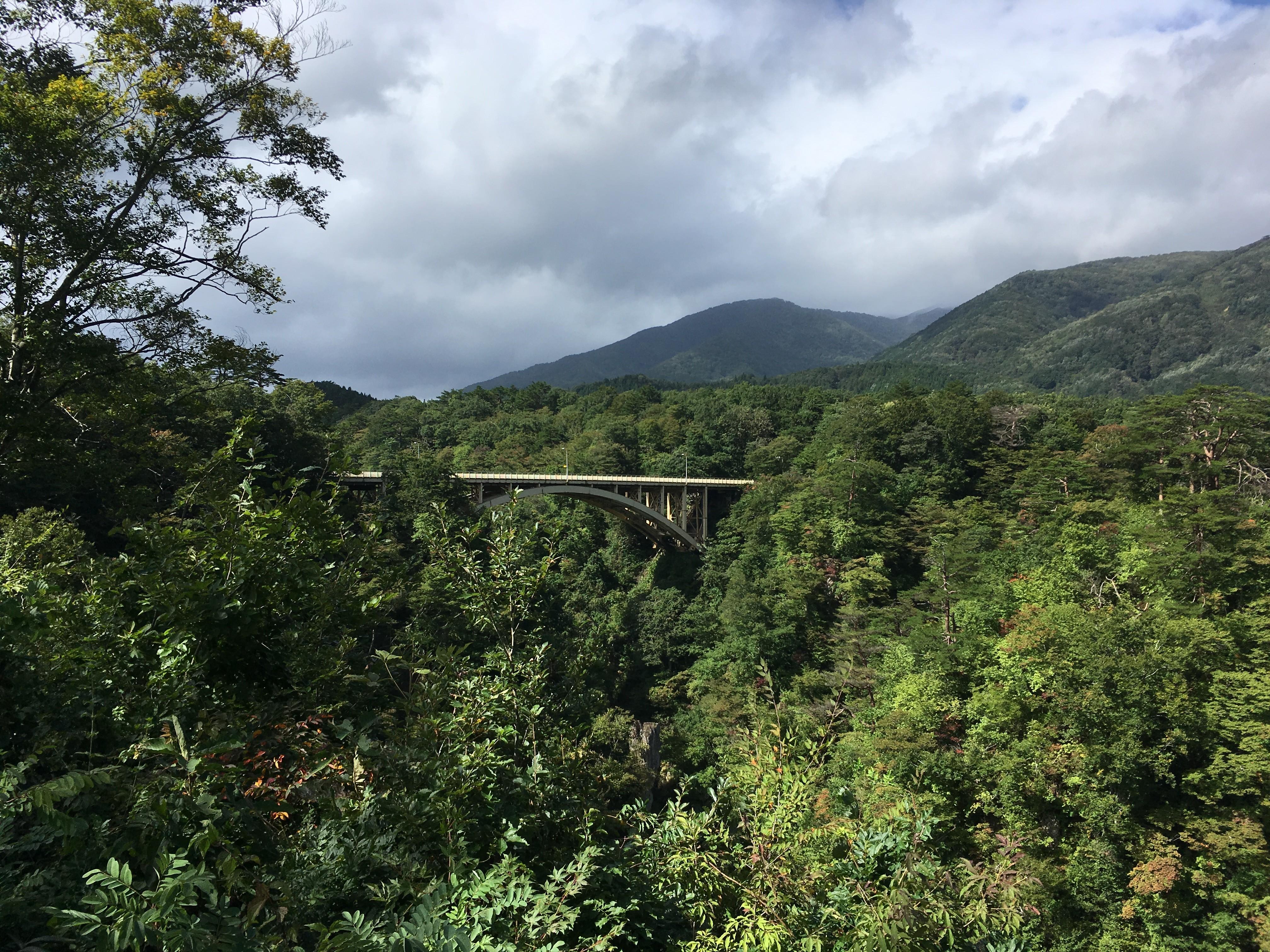 鳴子峡レストハウスから大深沢橋を眺める
