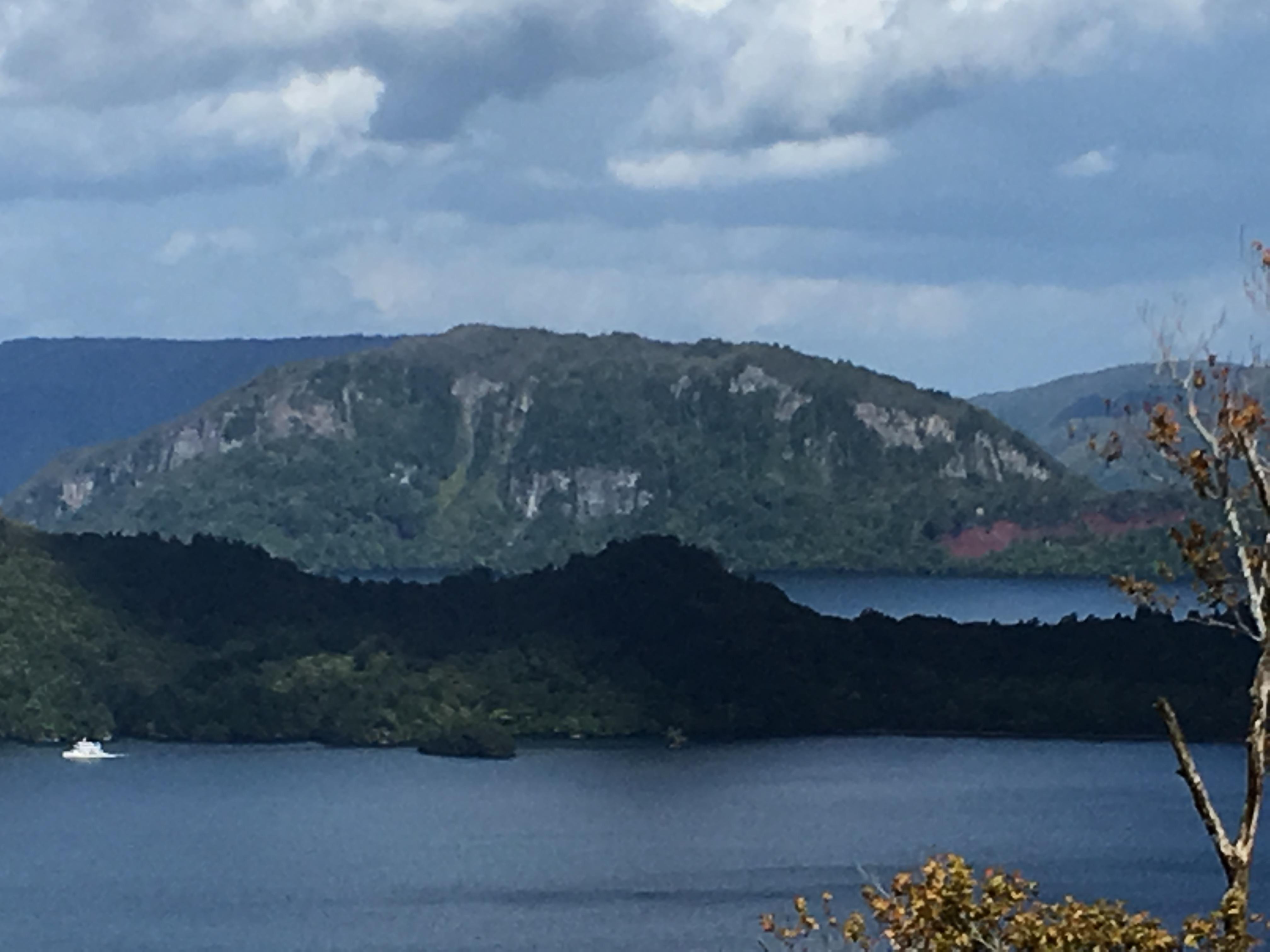 八荷峠第一展望休憩所からの十和田湖の展望