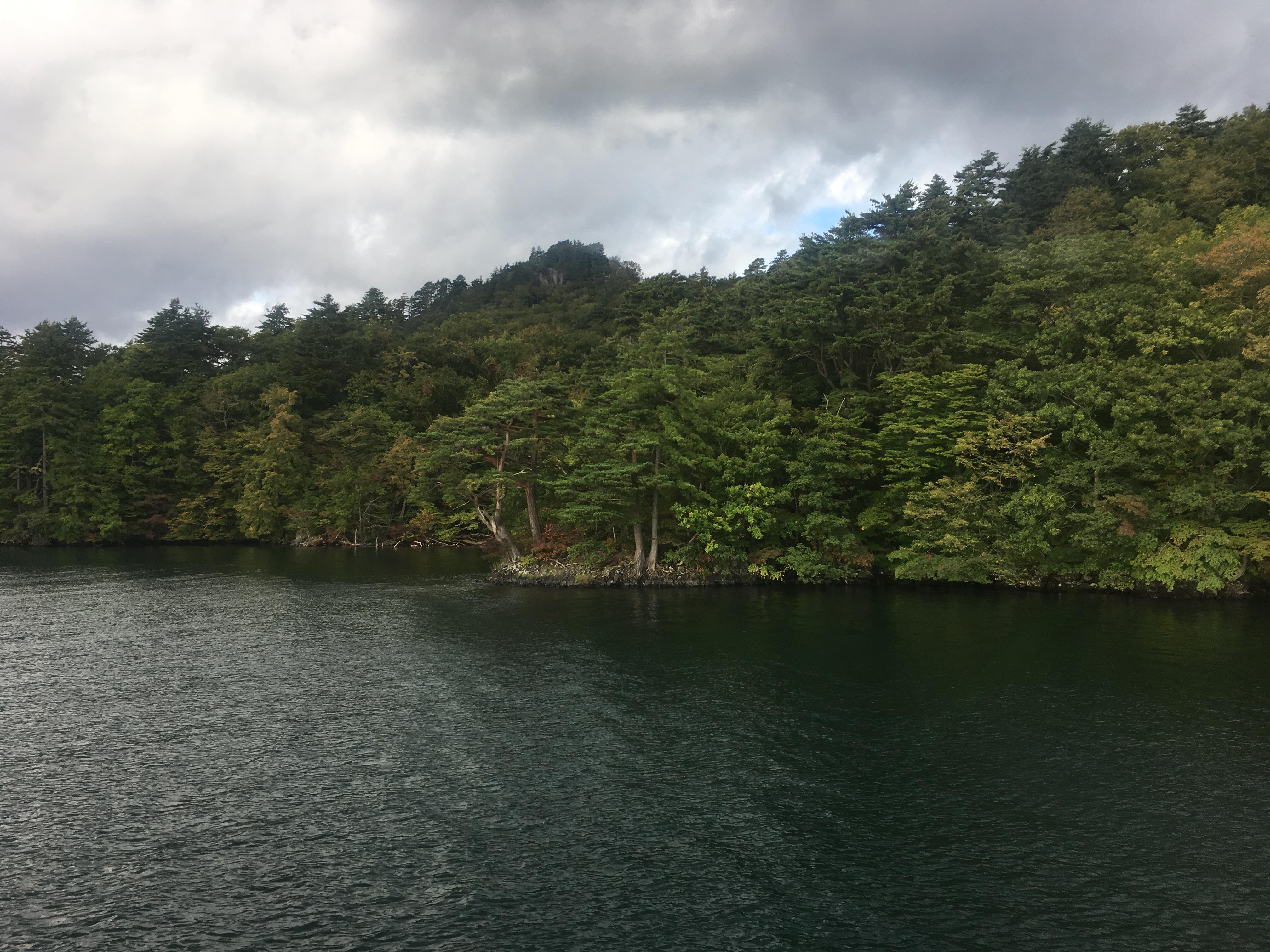 十和田湖遊覧船船首から中山半島