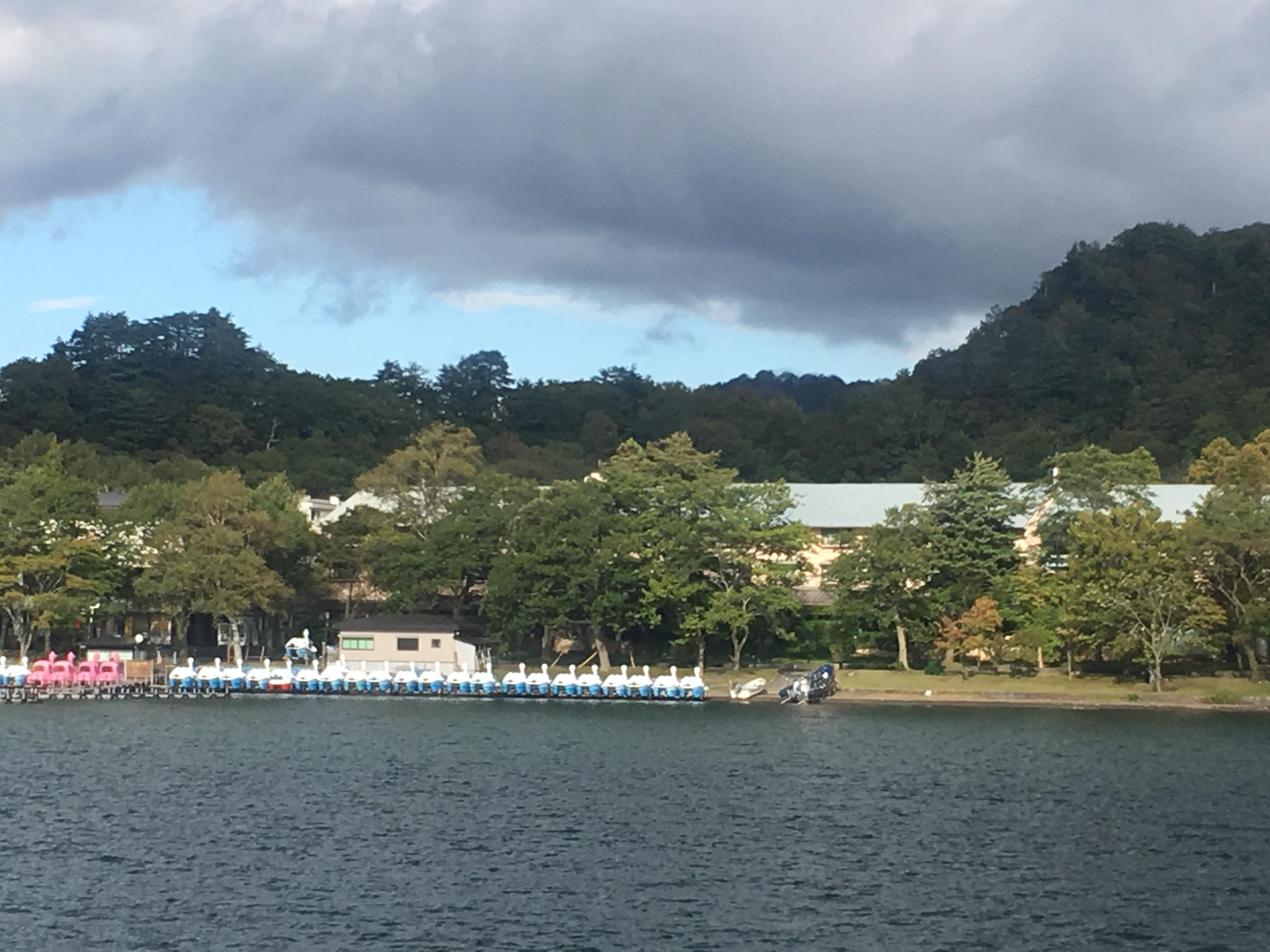 十和田湖遊覧船船首から十和田湖モーターボート乗り場