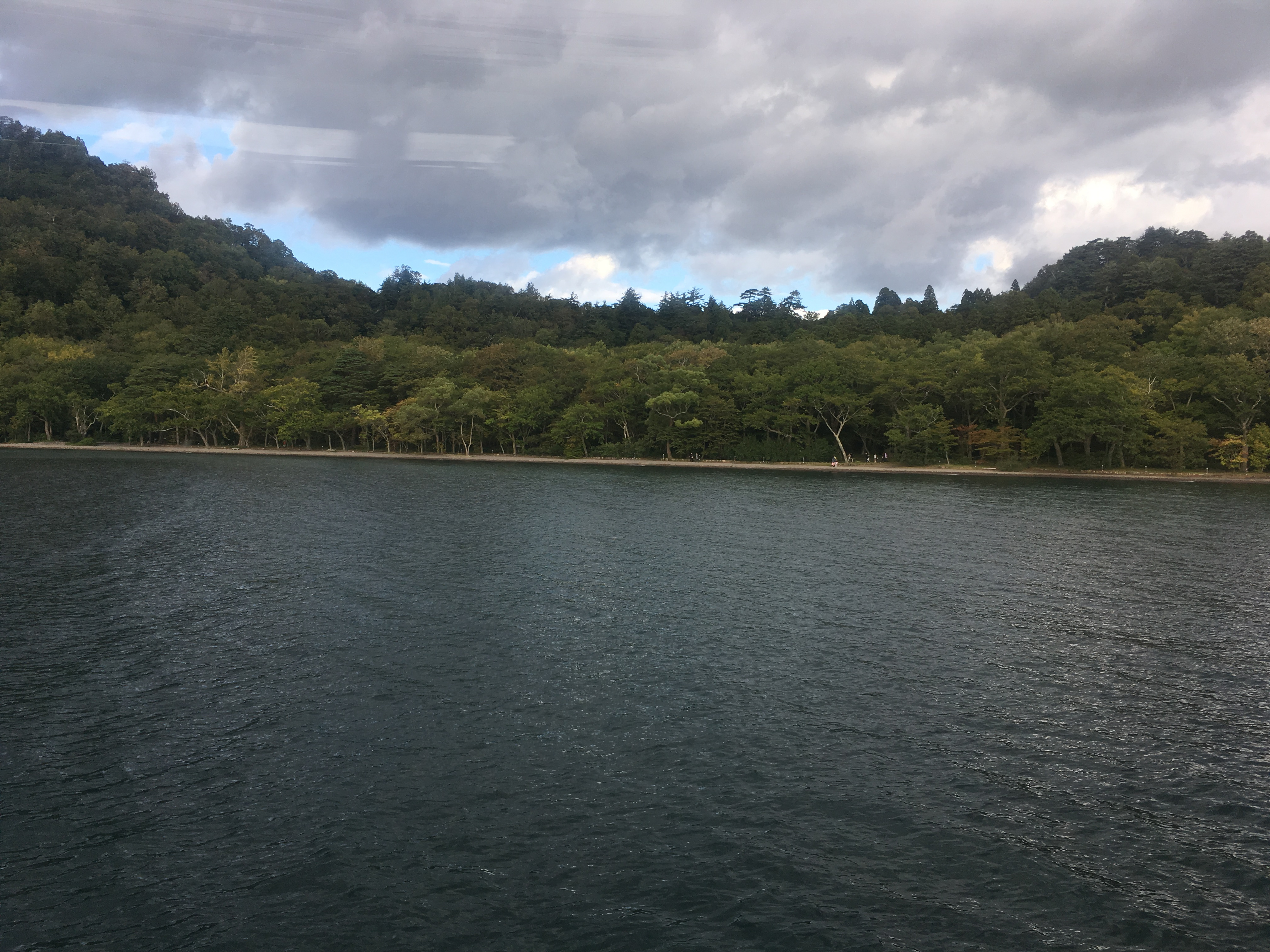 十和田湖遊覧船船首から十和田神社湖畔