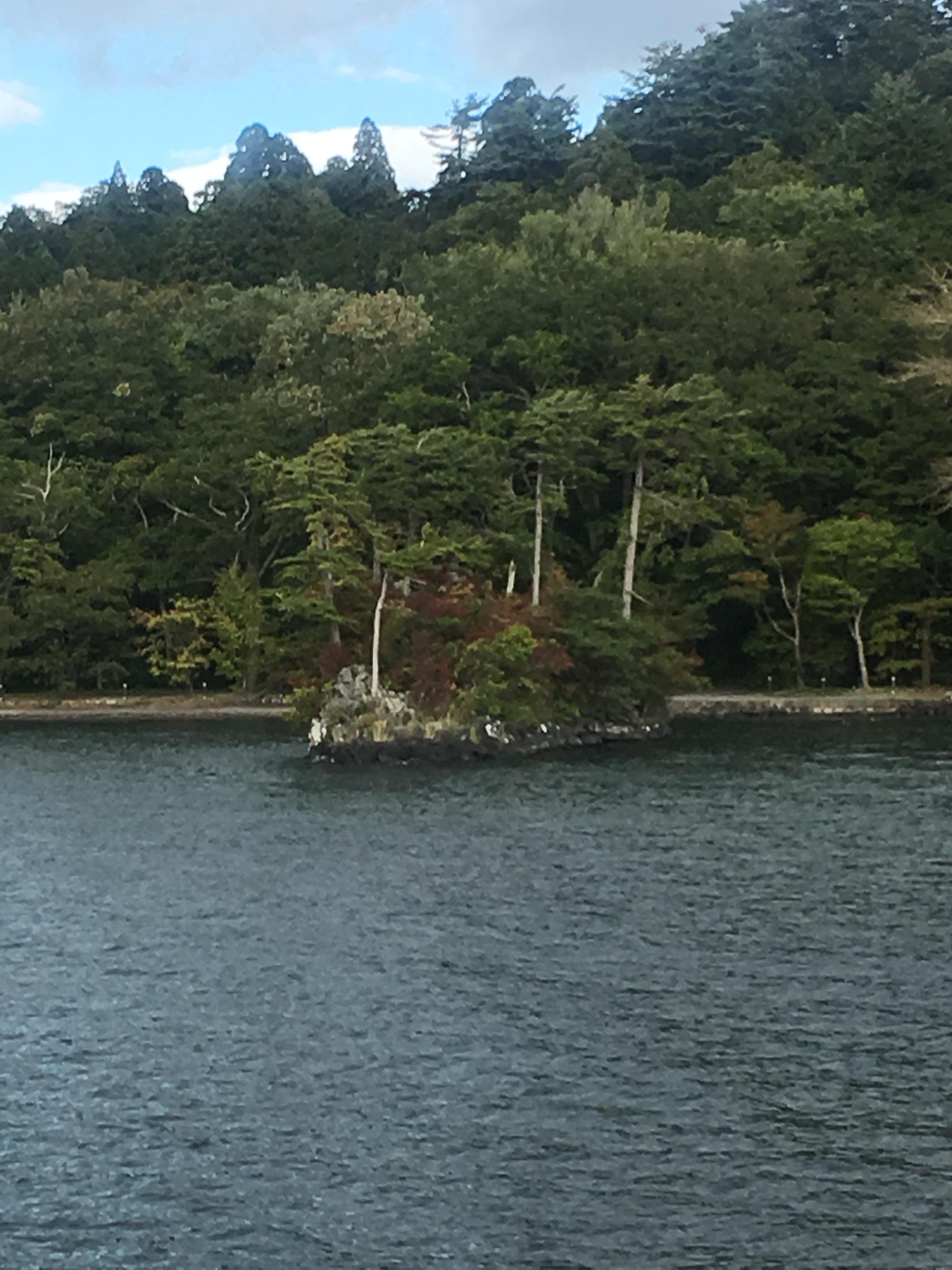 十和田湖遊覧船船首から恵比寿大黒島