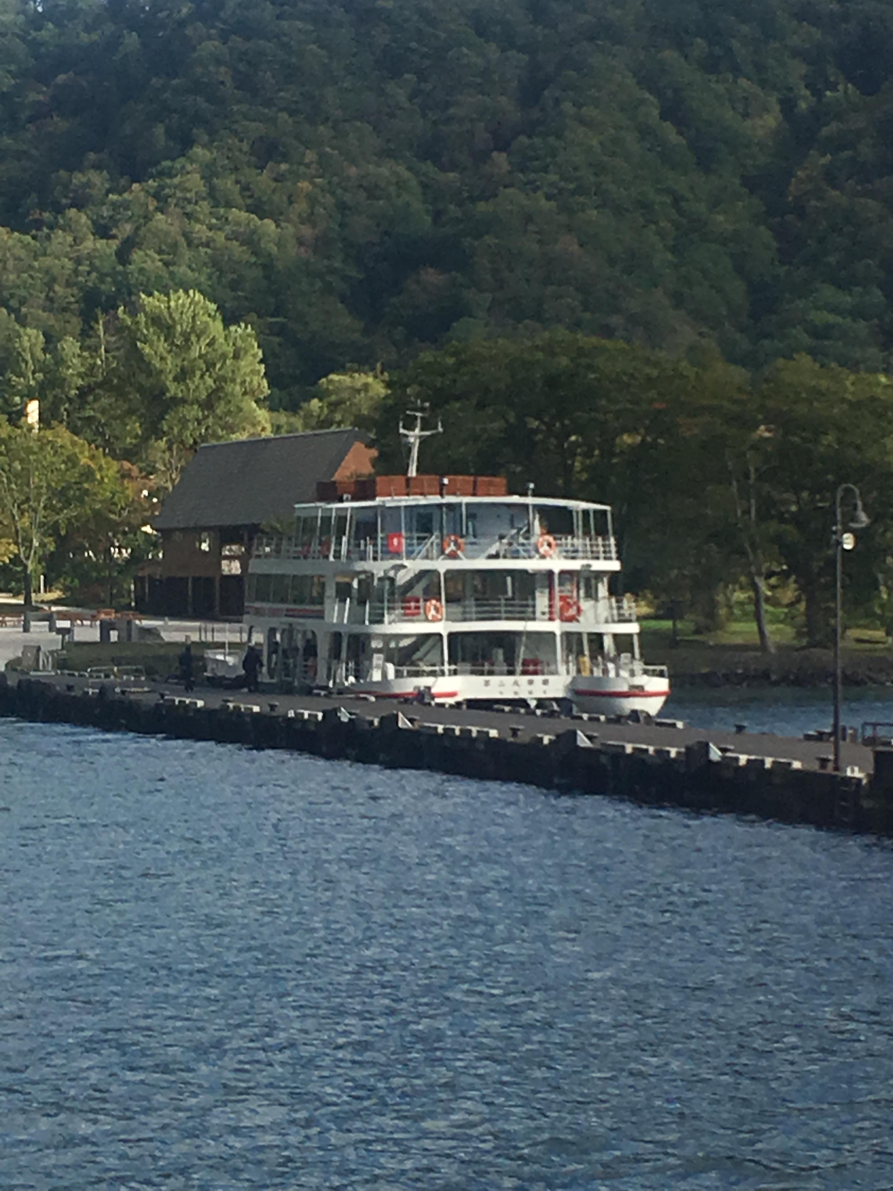 十和田湖遊覧船船首から第二八甲田