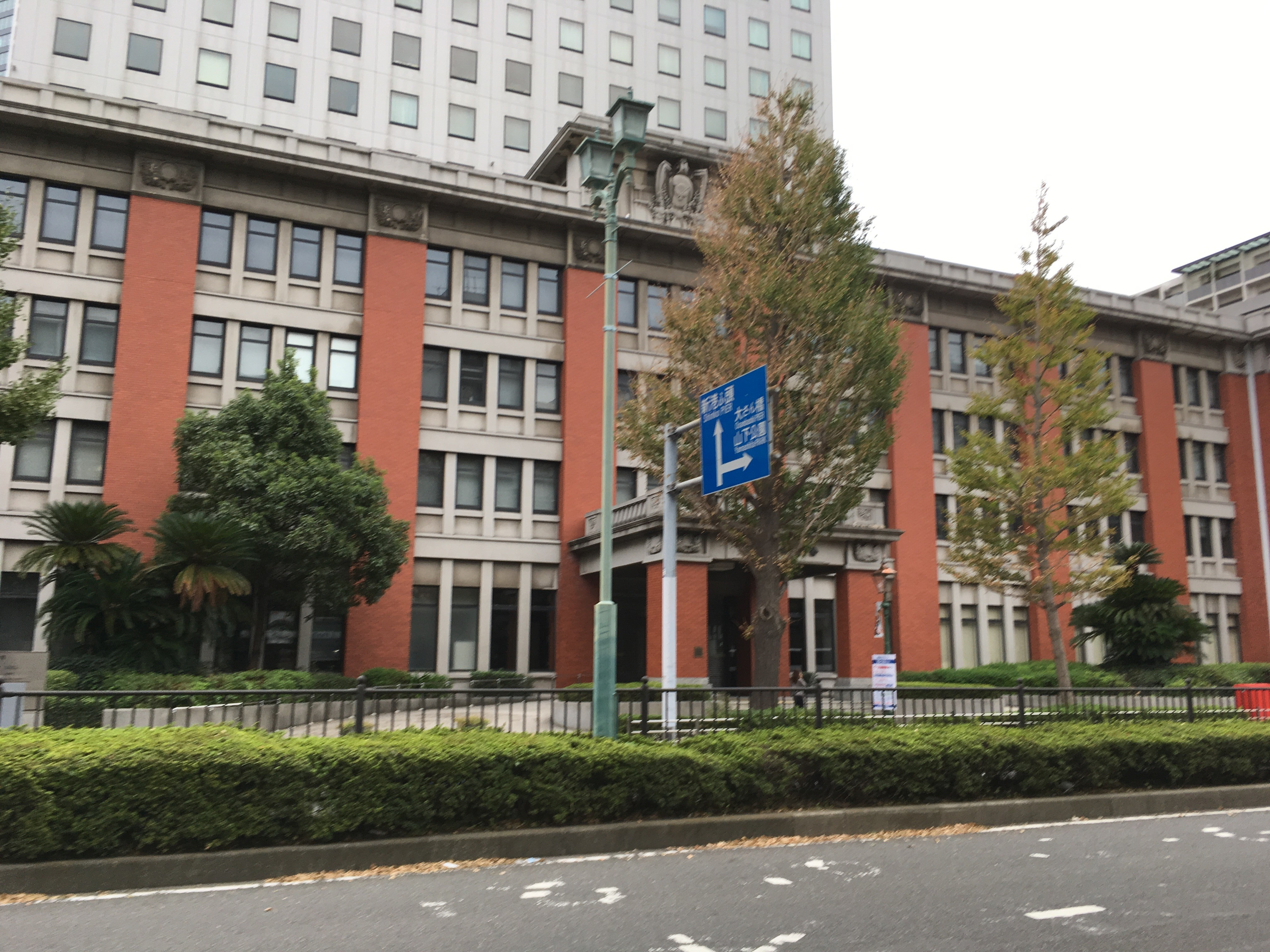 横浜地方法務局前