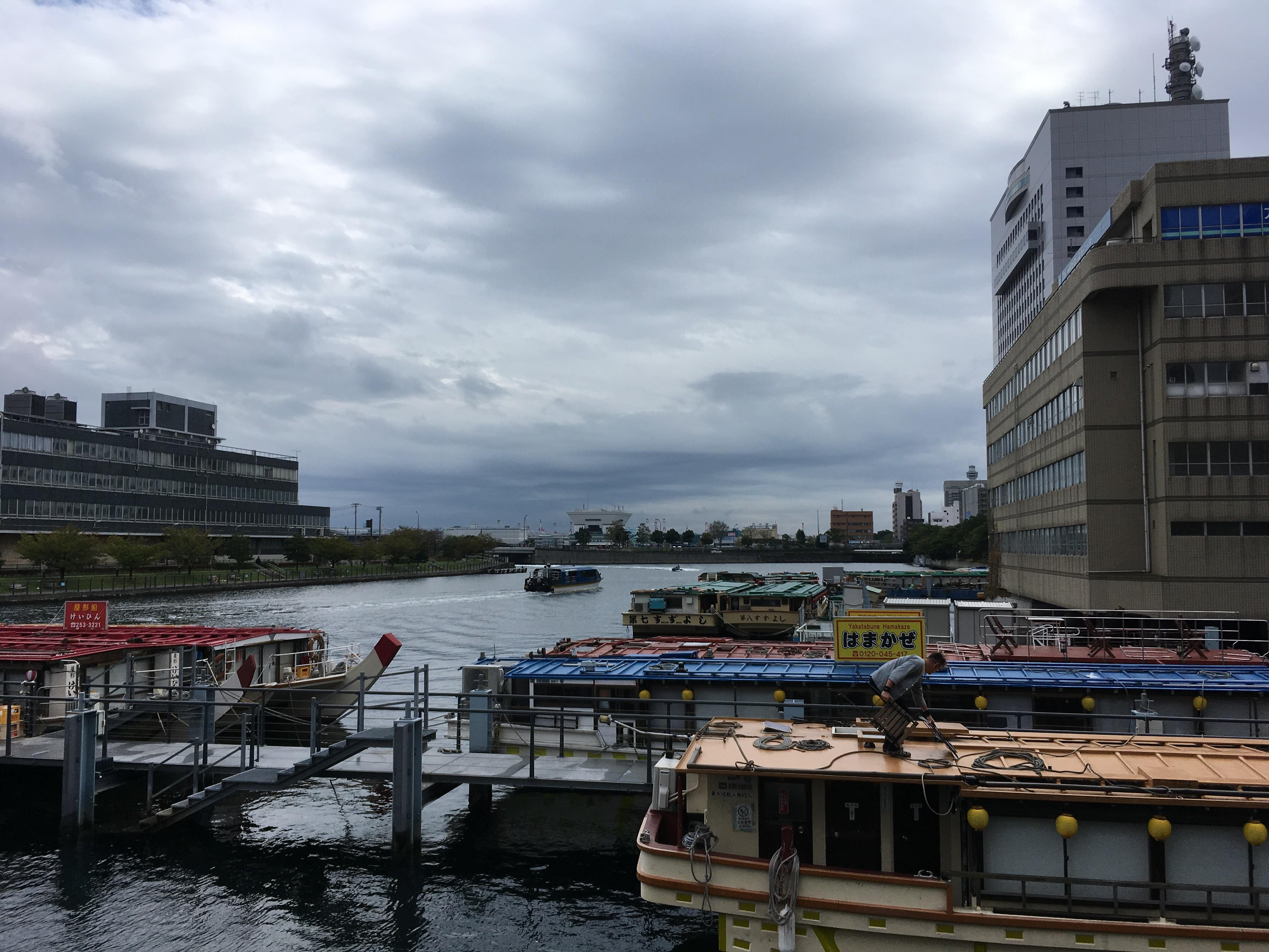 万国橋下の屋形船