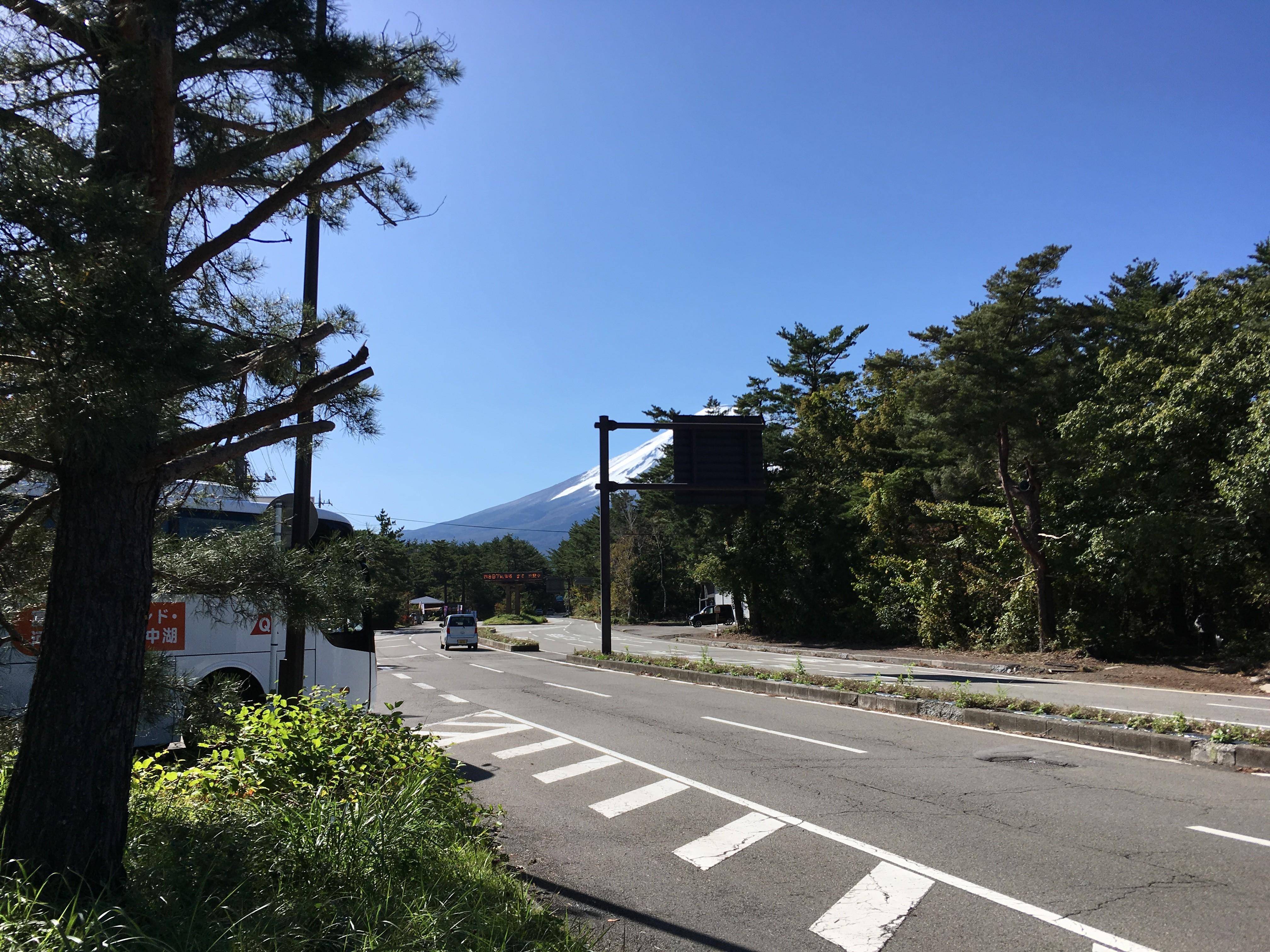 スバルライン入口から富士山を望む