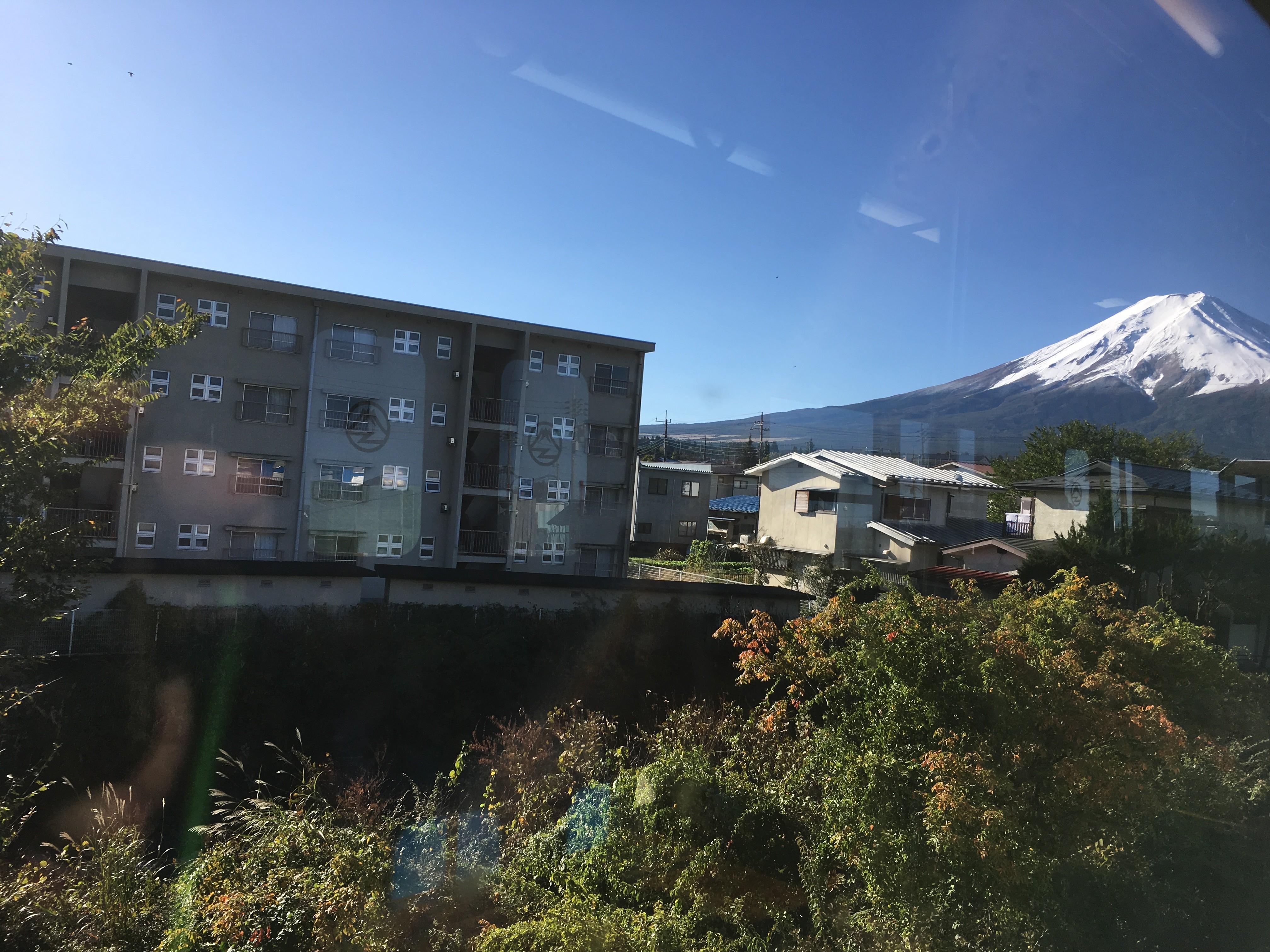 富士急行線車内(富士吉田市ときわ台1丁目周辺)から富士山を望む