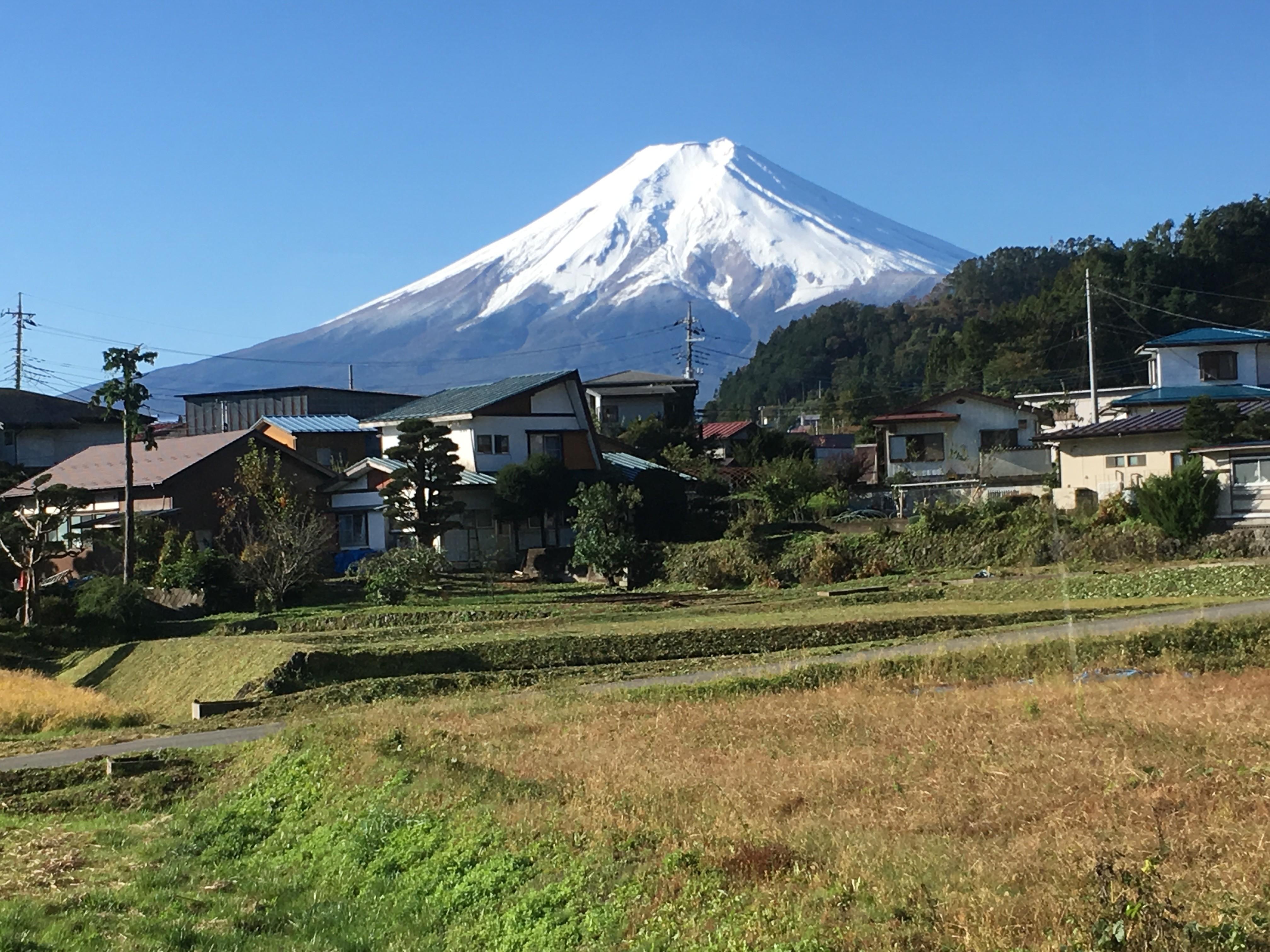 富士急行線車内(富士吉田市上暮地6丁目周辺)から富士山を望む