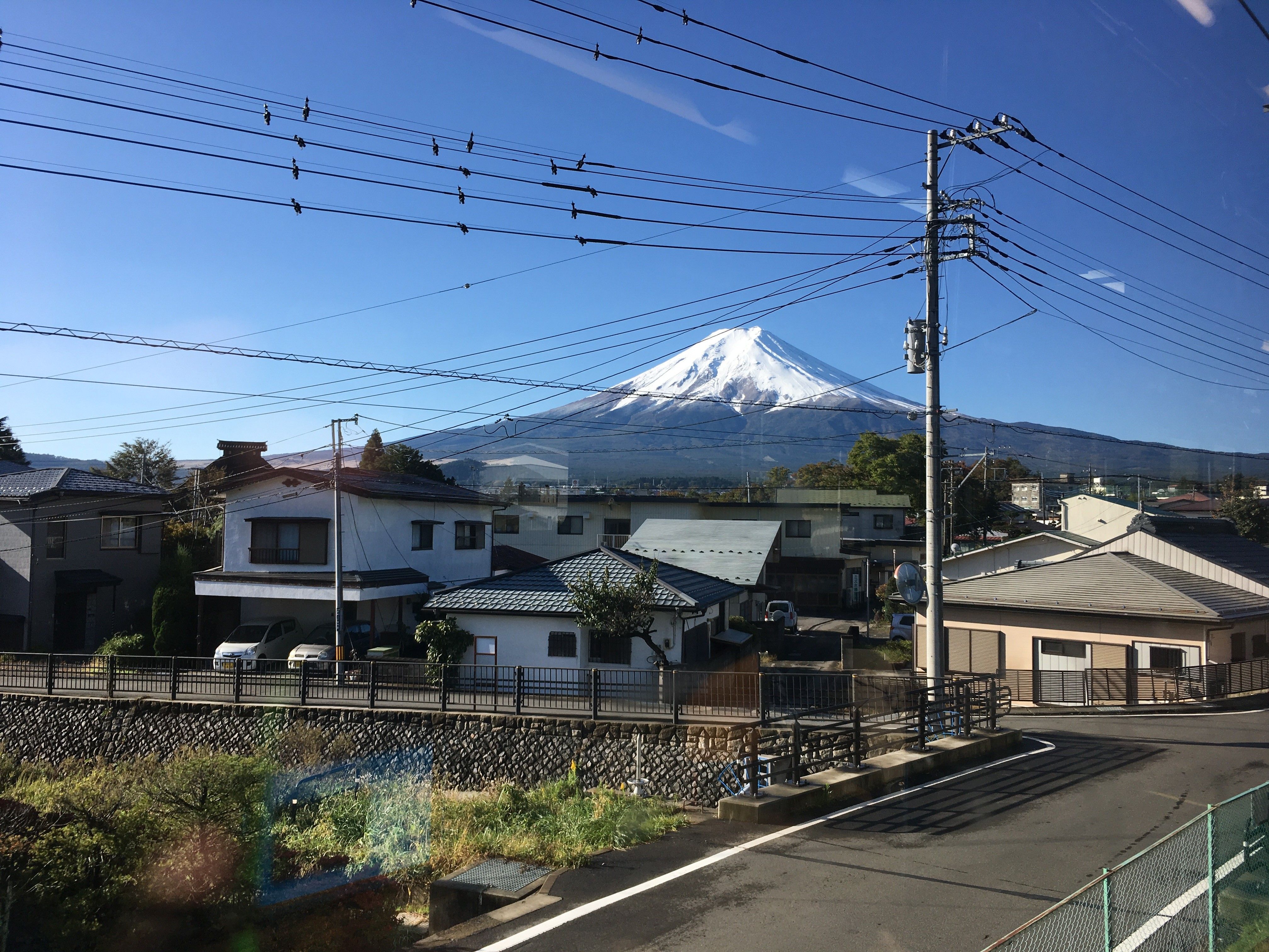 富士急行線車内(富士吉田市富士見1丁目周辺)から富士山を望む