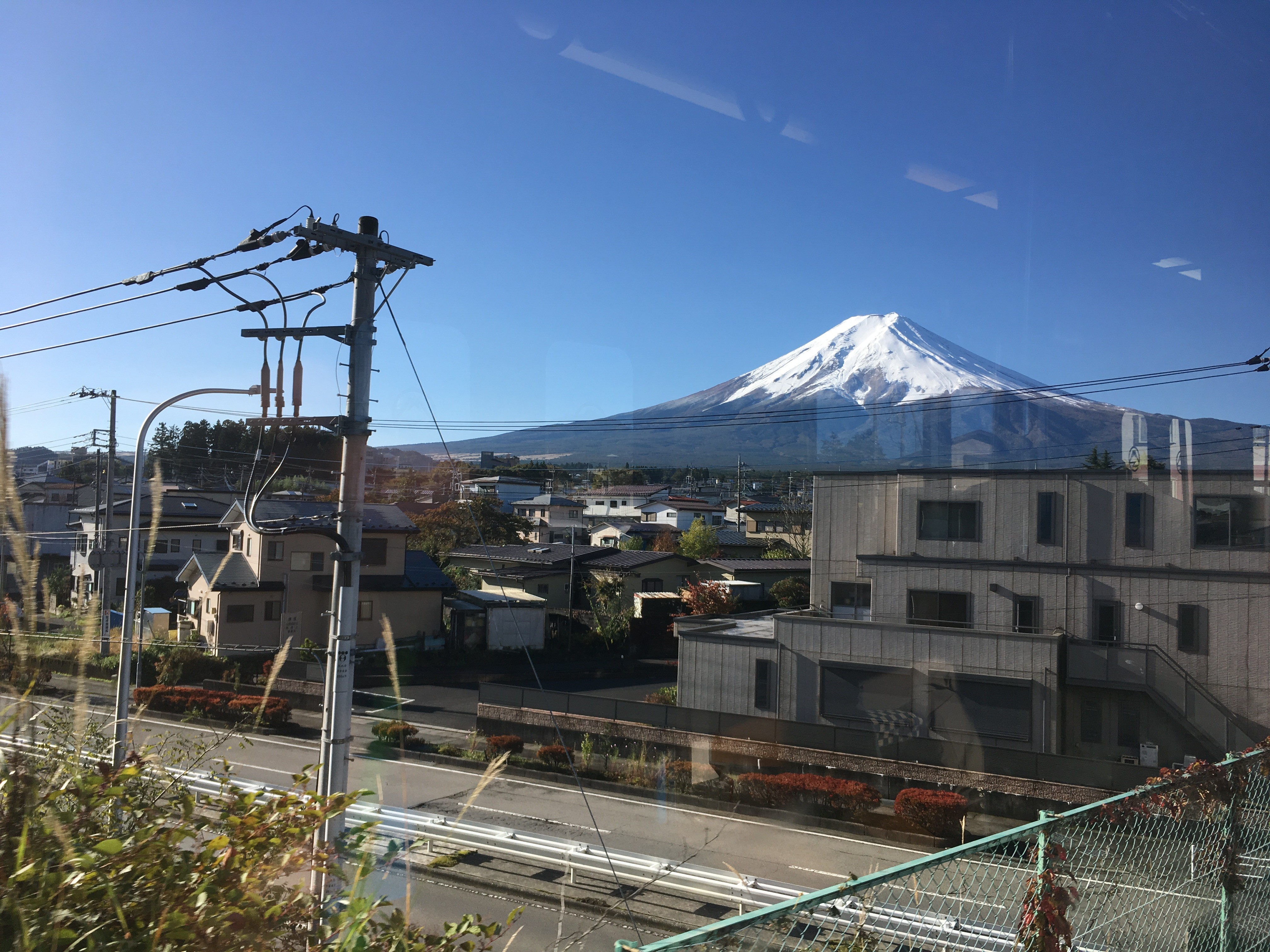 富士急行線車内(富士吉田市松山1丁目周辺)から富士山を望む