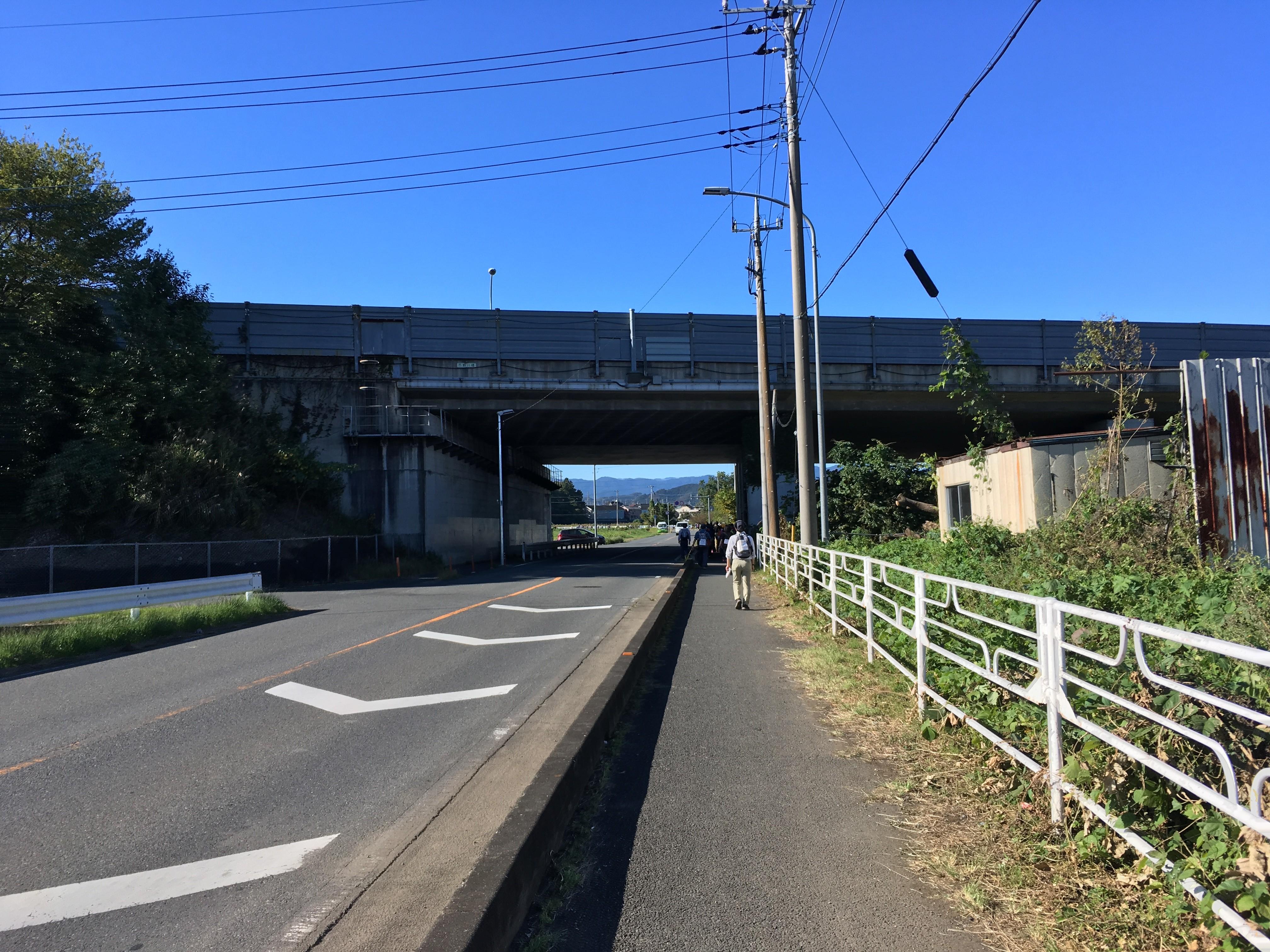 関越自動車道高架下