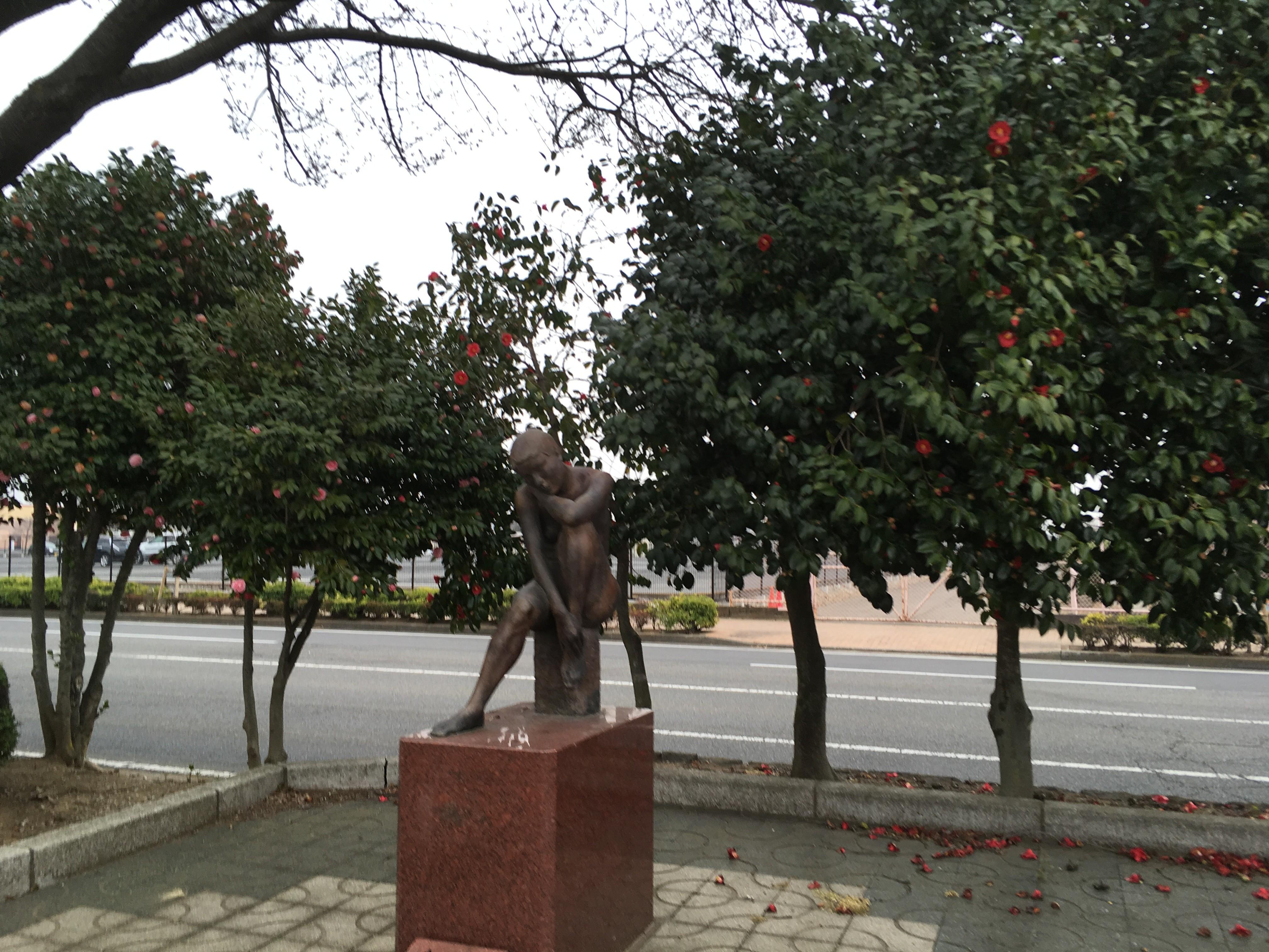 ハナミズキ通りのブロンズ像