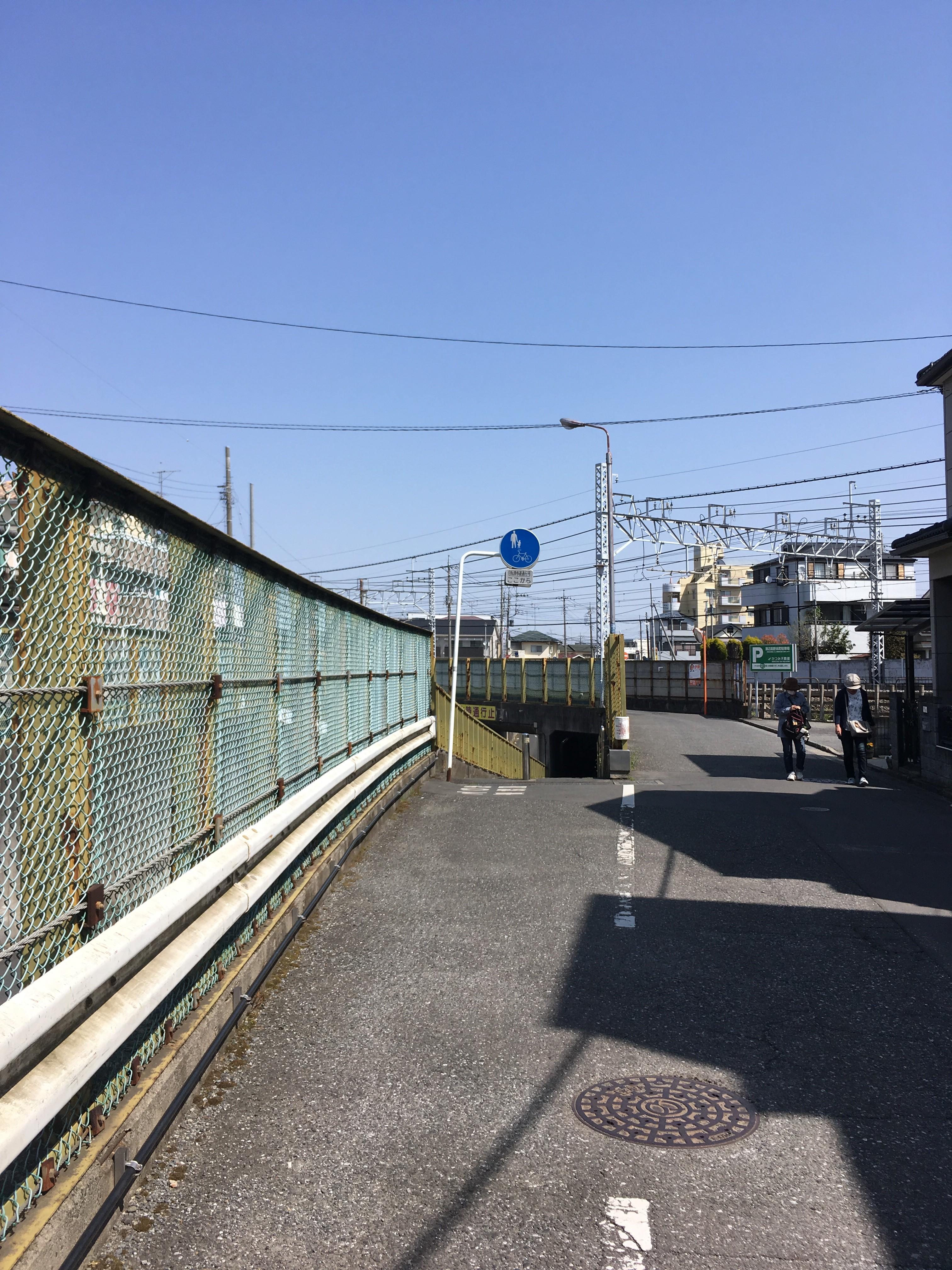 東武東上線高架下歩道