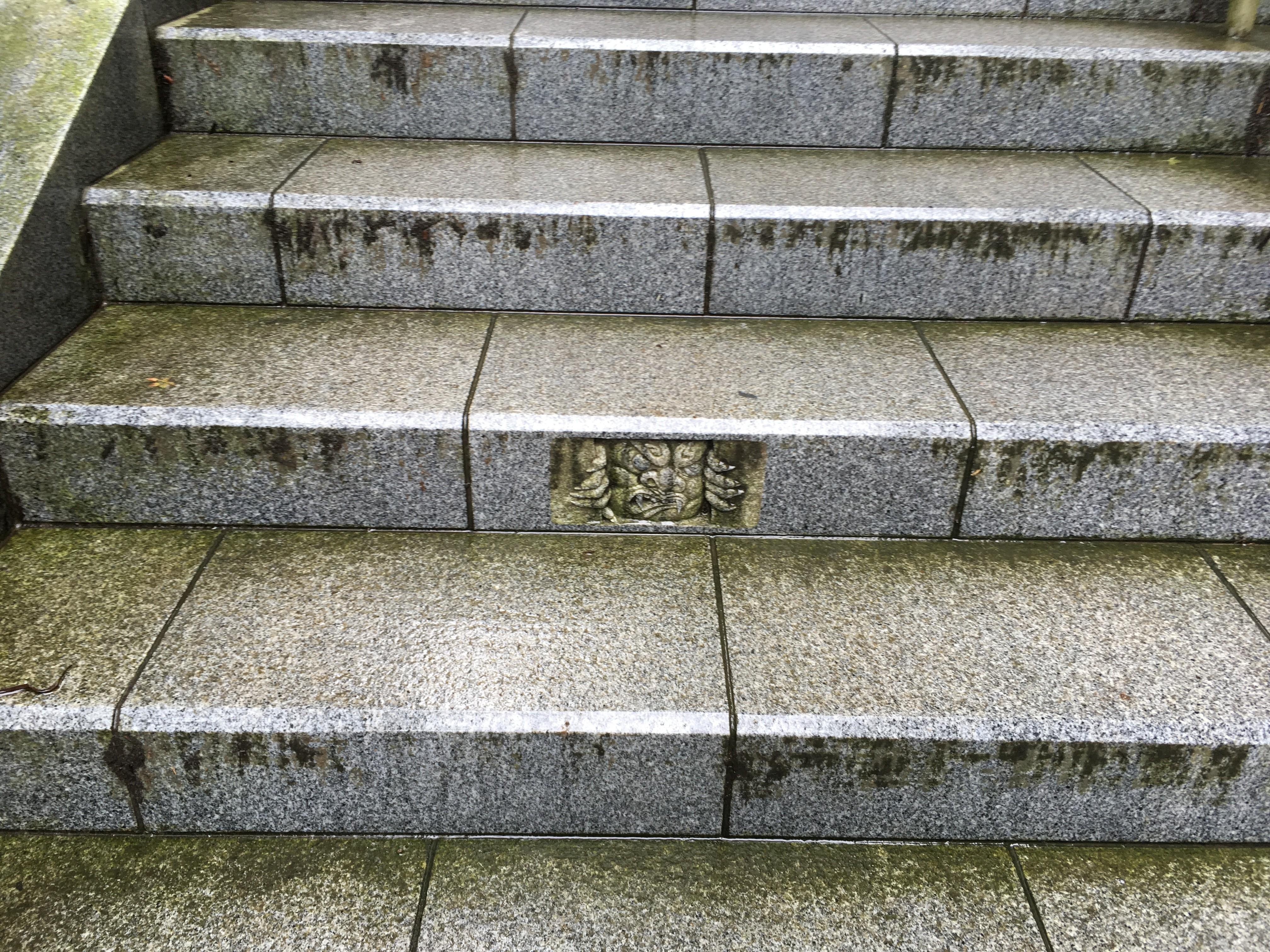 武蔵御嶽神社へと続く階段(約330段)に潜む鬼