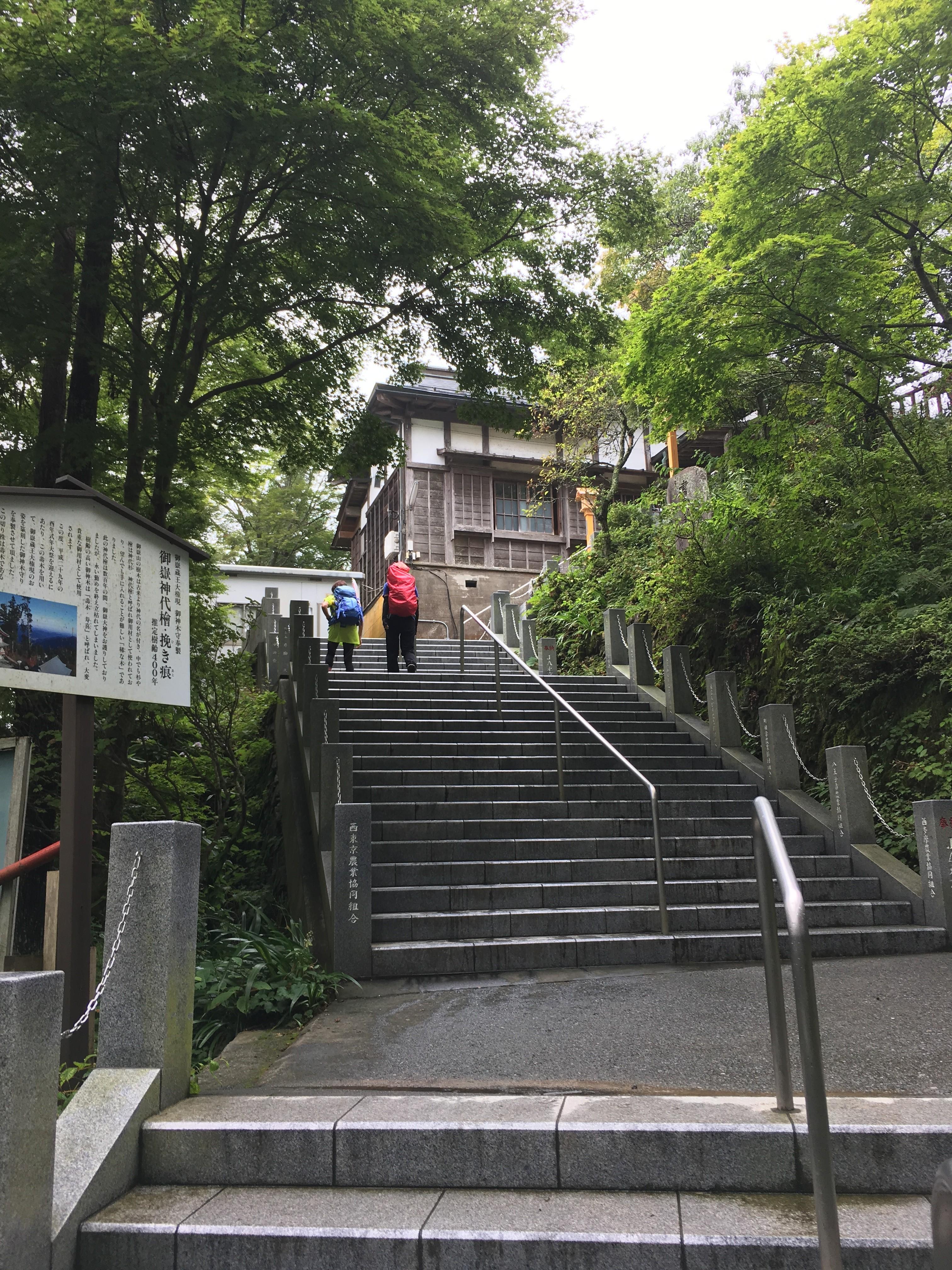 武蔵御嶽神社へと続く階段(約330段)
