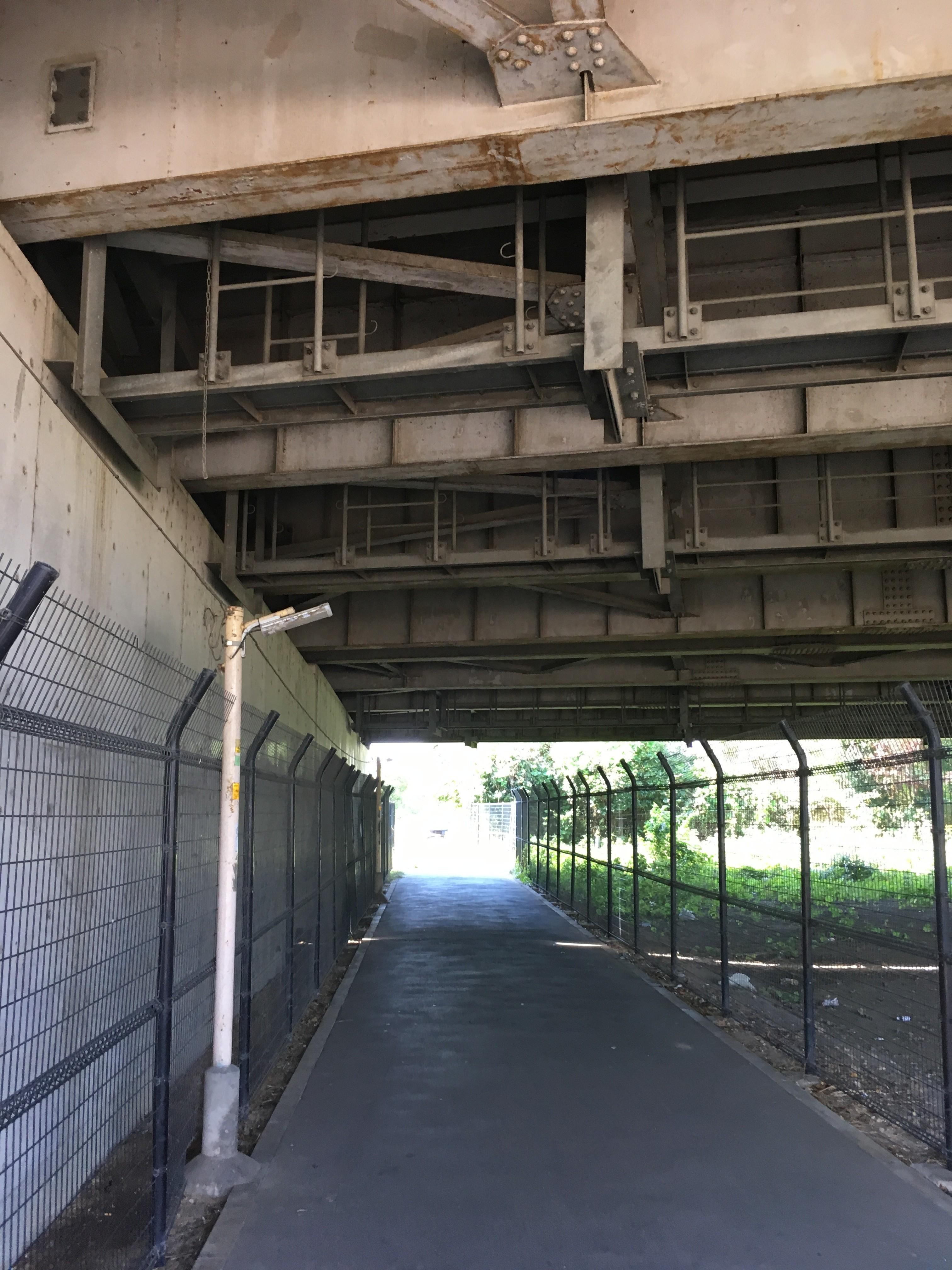 関越自動車道路高架下