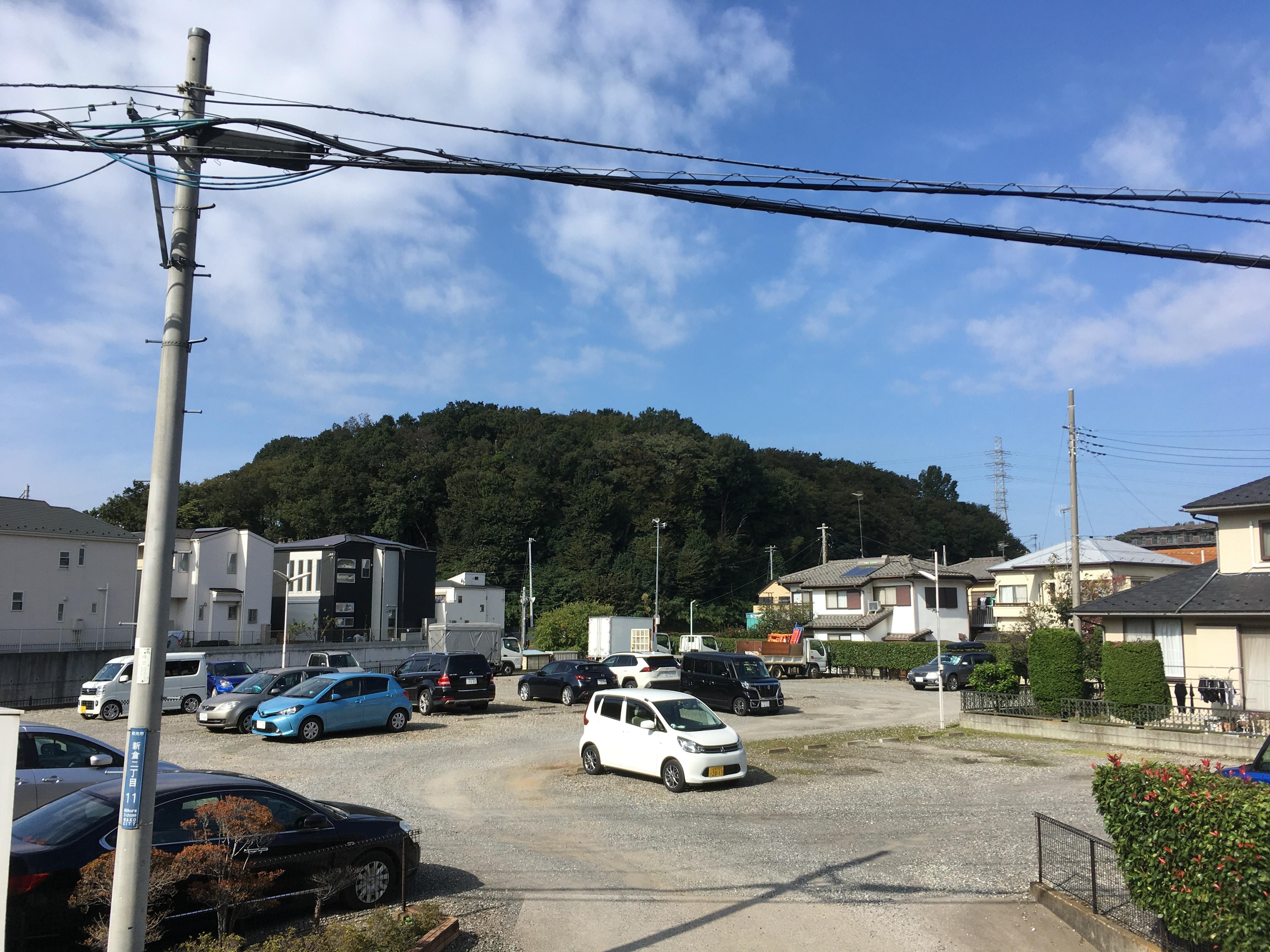 東京外環自動車道側道から「根岸台自然公園」を眺める