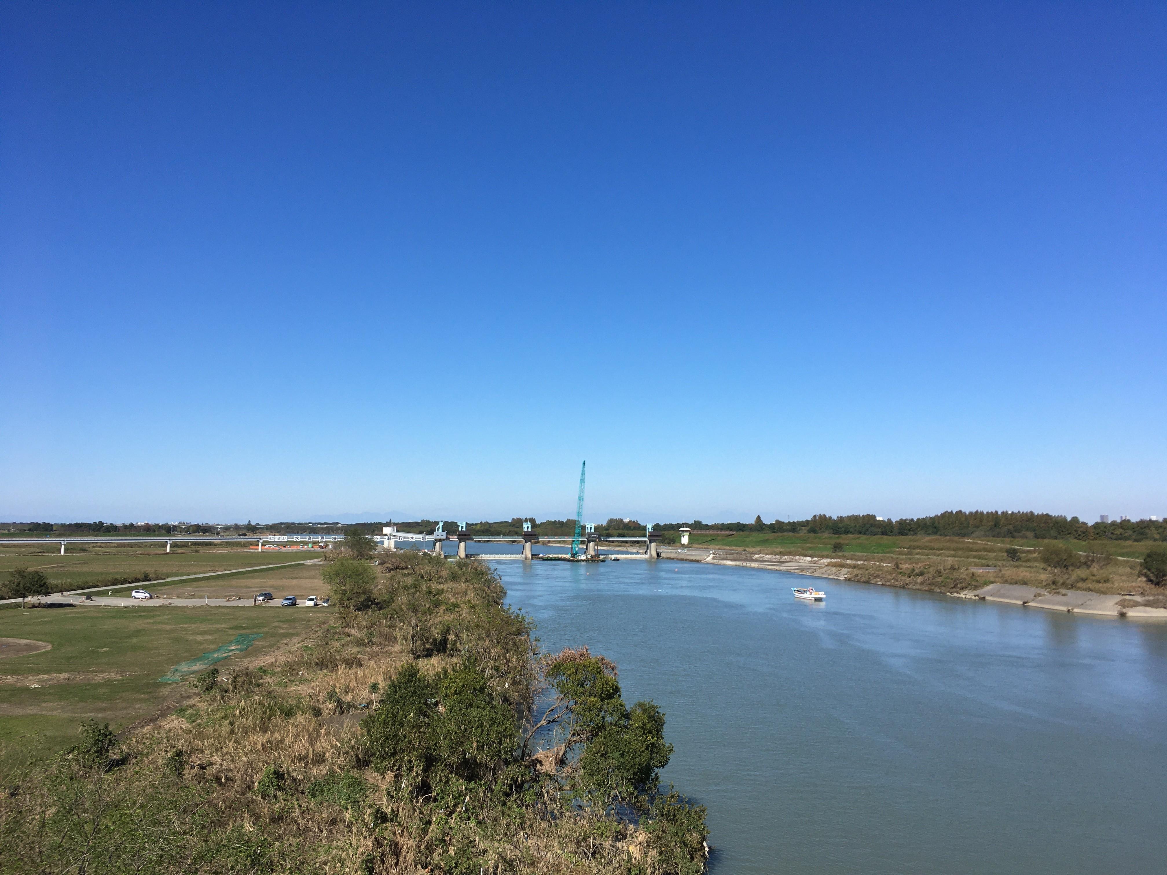 羽根倉橋歩道から秋ヶ瀬取水堰を眺める