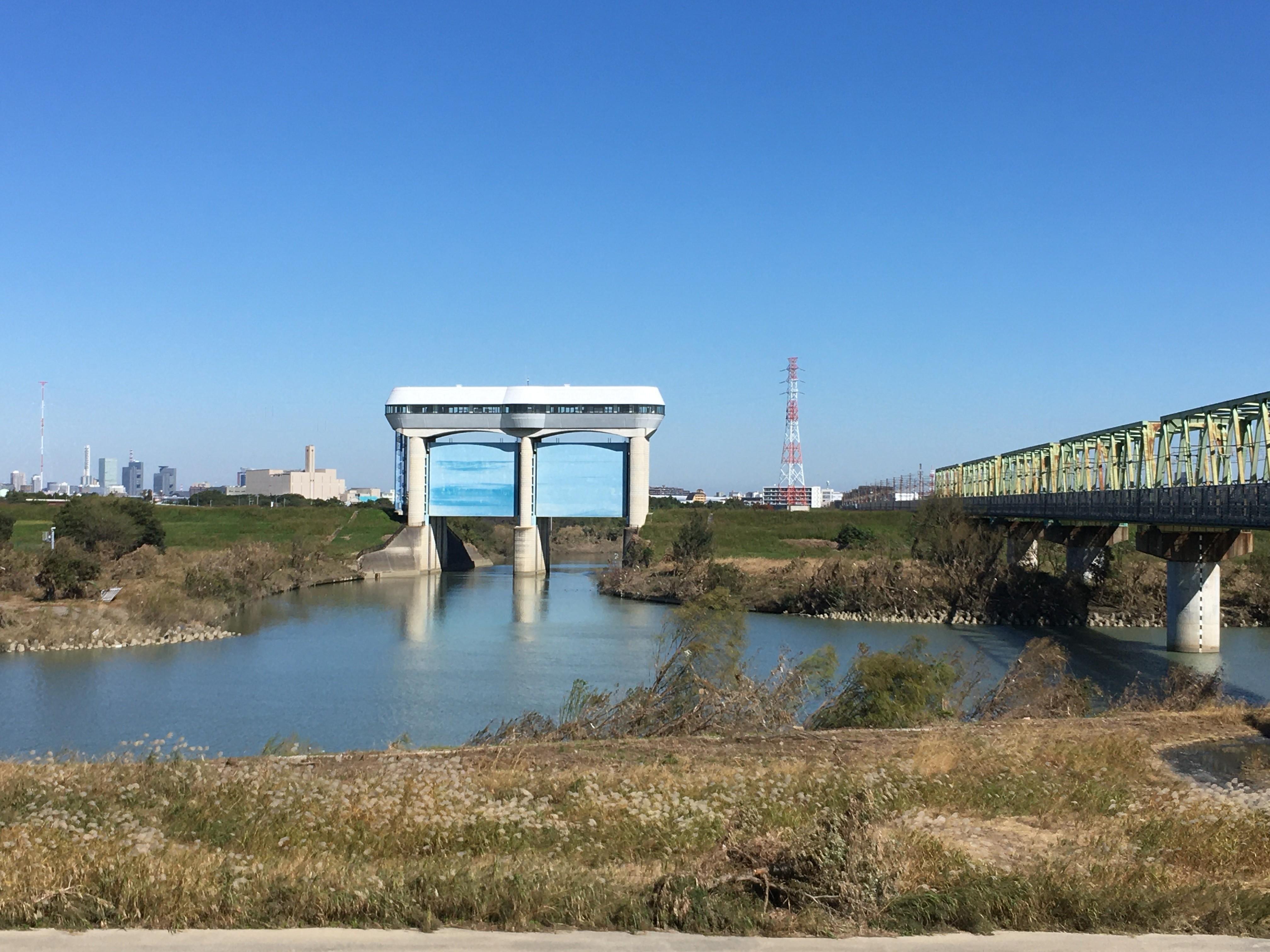 荒川右岸(堤防遊歩道)からさくら草水門眺める