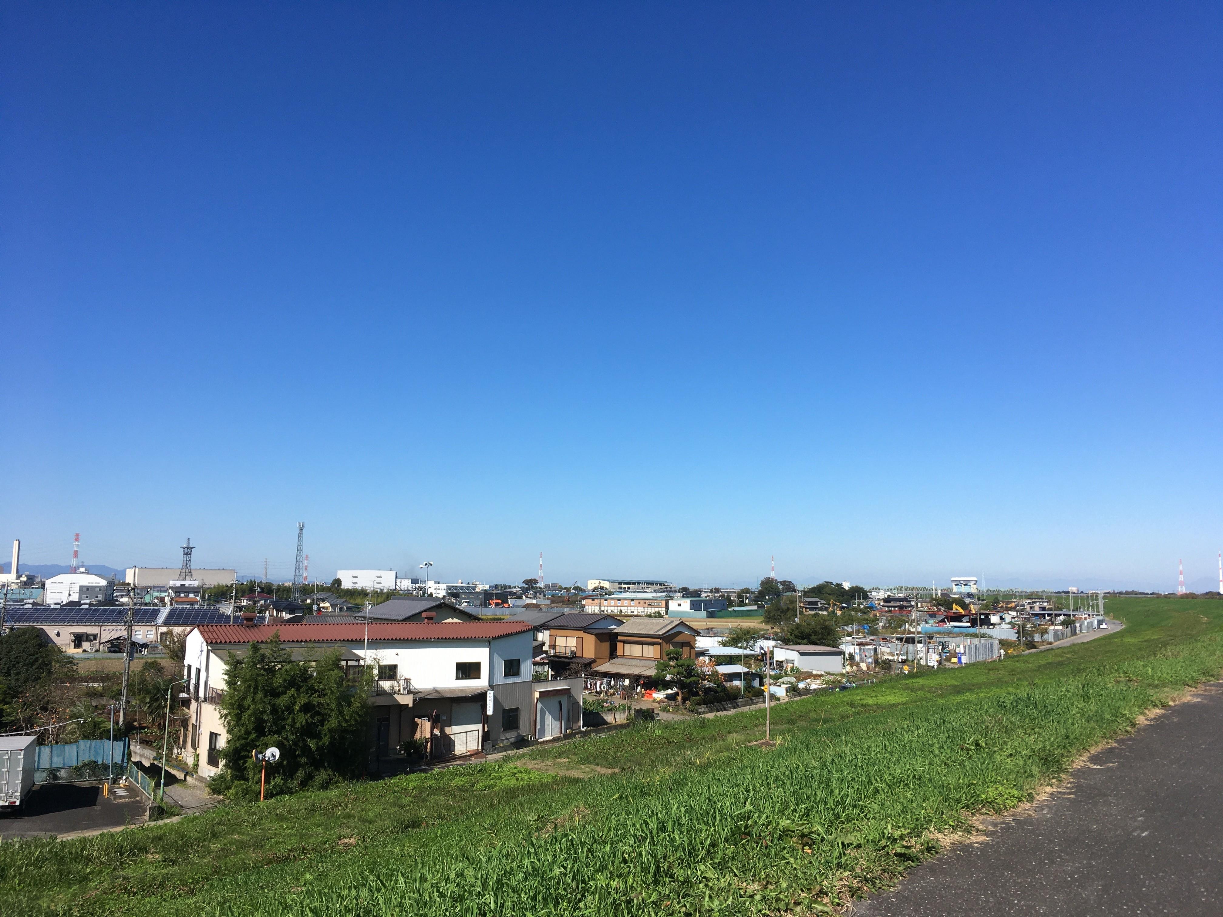 荒川右岸(堤防遊歩道)から志木市方面を眺める
