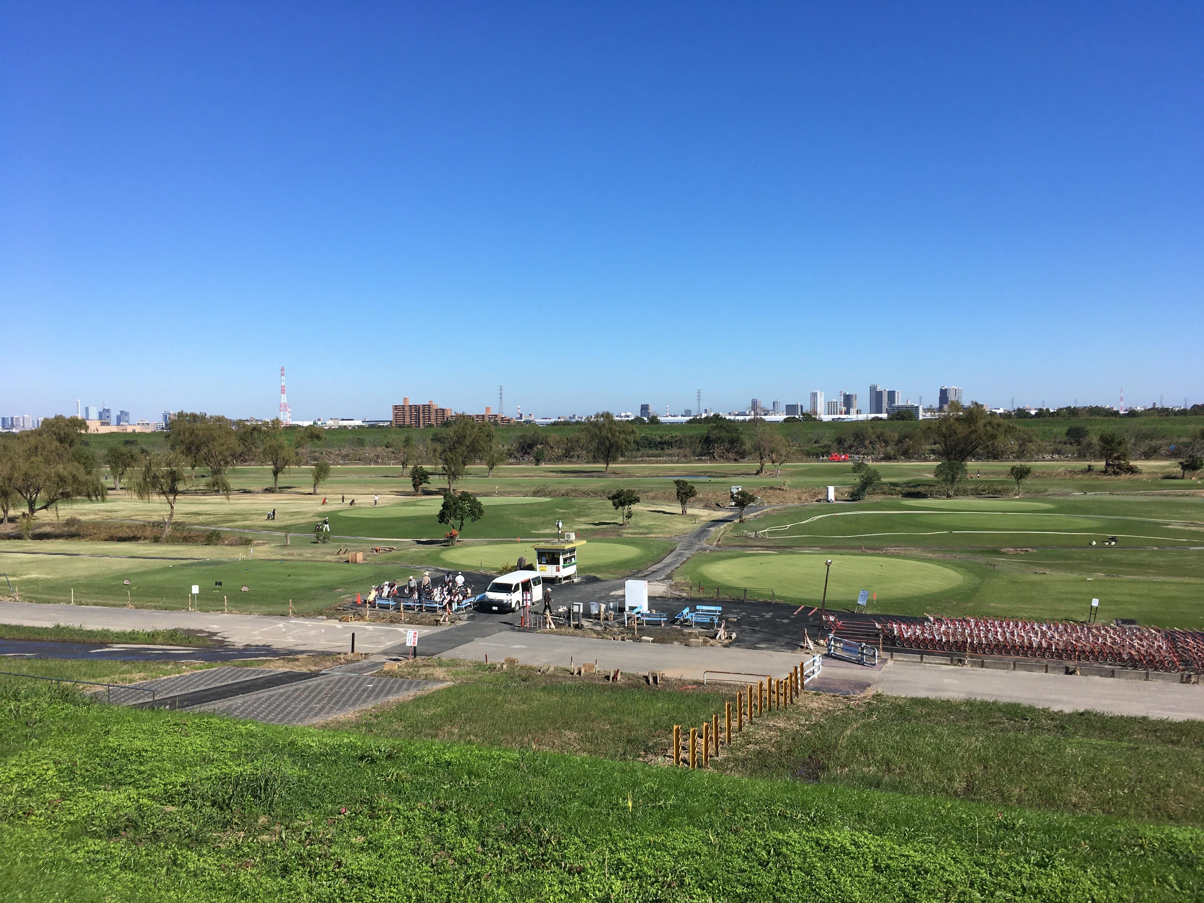 荒川右岸(堤防遊歩道)から朝霞パブリックゴルフ場眺める