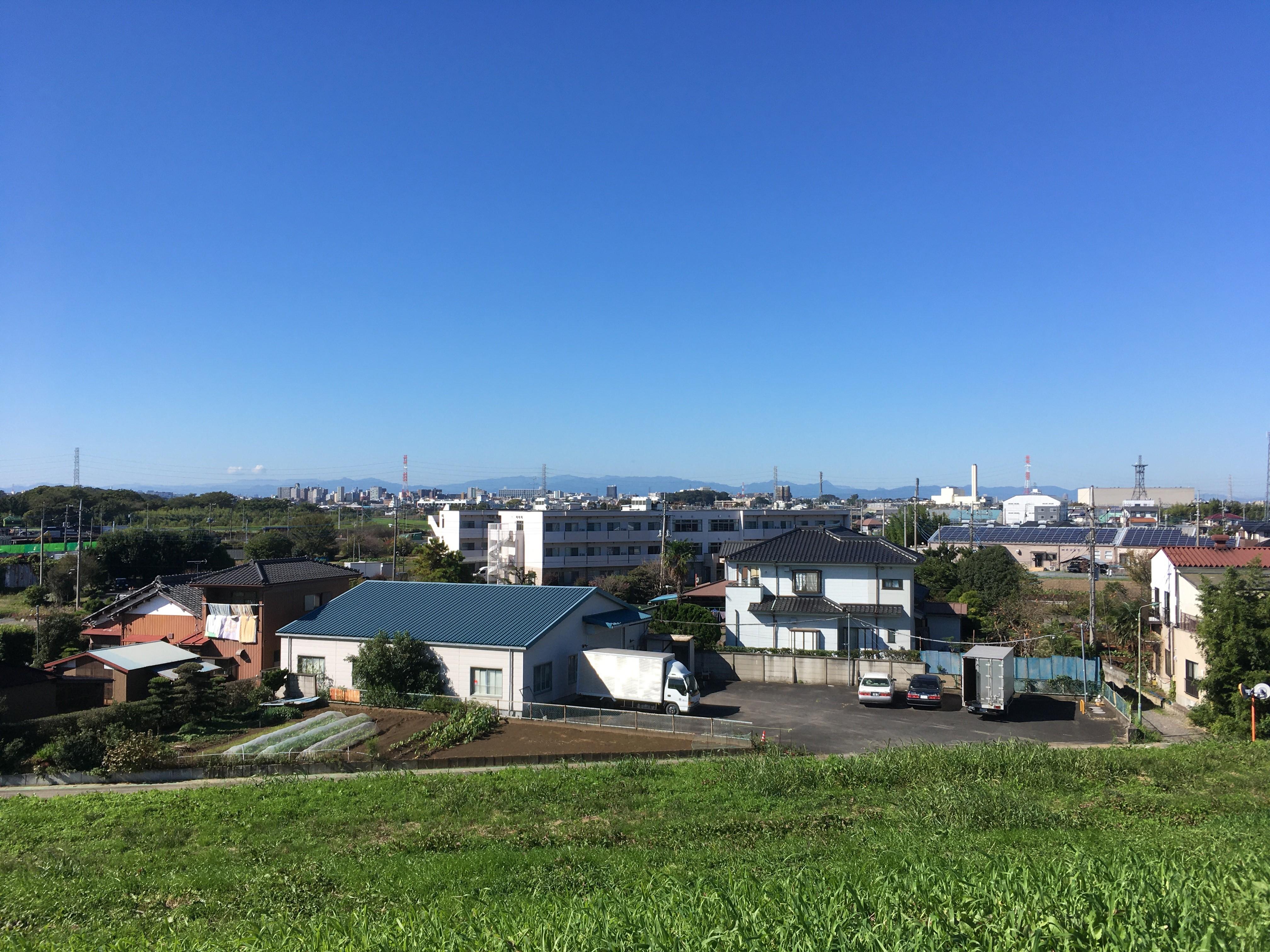 荒川右岸(堤防遊歩道)から朝霞市方面を眺める
