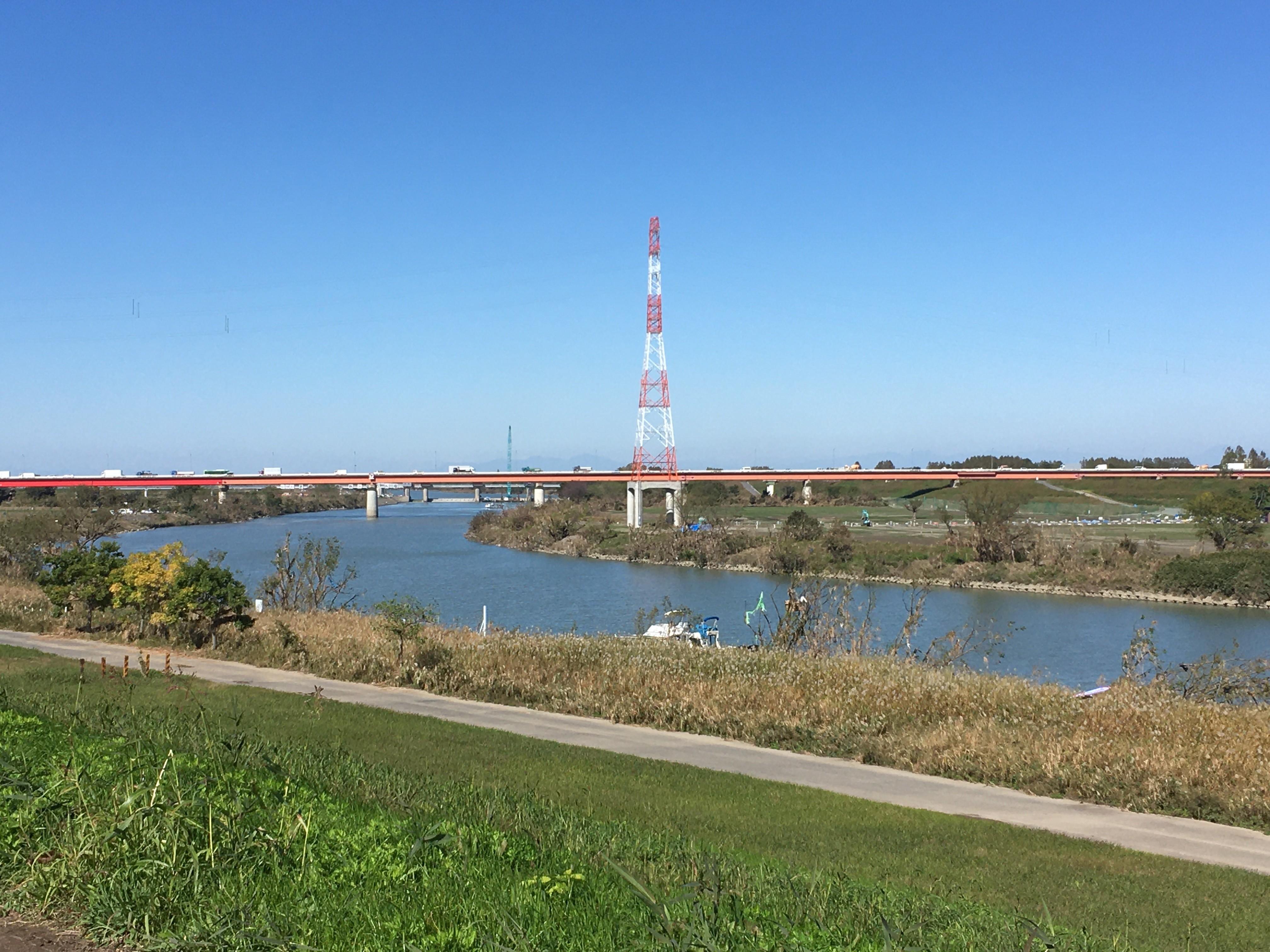 荒川右岸(堤防遊歩道)から羽根倉橋(浦和所沢バイパス)を眺める